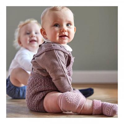 🔥Protiskluzové chrániče kolen GoBabyGo🔥 ⠀  GoBabyGo protiskluzové návleky na kolena jsou vyráběny z tlusté bavlny, která ochrání kolínka Vašeho dítěte v období, kdy začíná lézt. S návleky nebudou dítěti na hladkém povrchu podklouzávat kolena, takže bude mít při pohybu větší sebejistotu. ⠀ ⠀ ⠀  Řada GoBabyGo nabízí taky protiskluzové punčocháče, ponožky, leginy z bavlny nebo Vlny. ⠀ ⠀ Veškeré zboží máme skladem 🛒 Objednejte si v našem e-shopu ☑️ www.babymdecor.cz ☑️ ⠀ ⠀ ⠀ ⠀ ⠀  #kojeneckeobleceni #prvnikrok #batole #kojenec #svetmiminek #tehotenstvi #materska #prodeti #miminko #mimi #holcicka #hlapecek #puncochace #chranicekolen #novorozenc #PROTISKLUZOVEPONOZKY #baby_m_decor